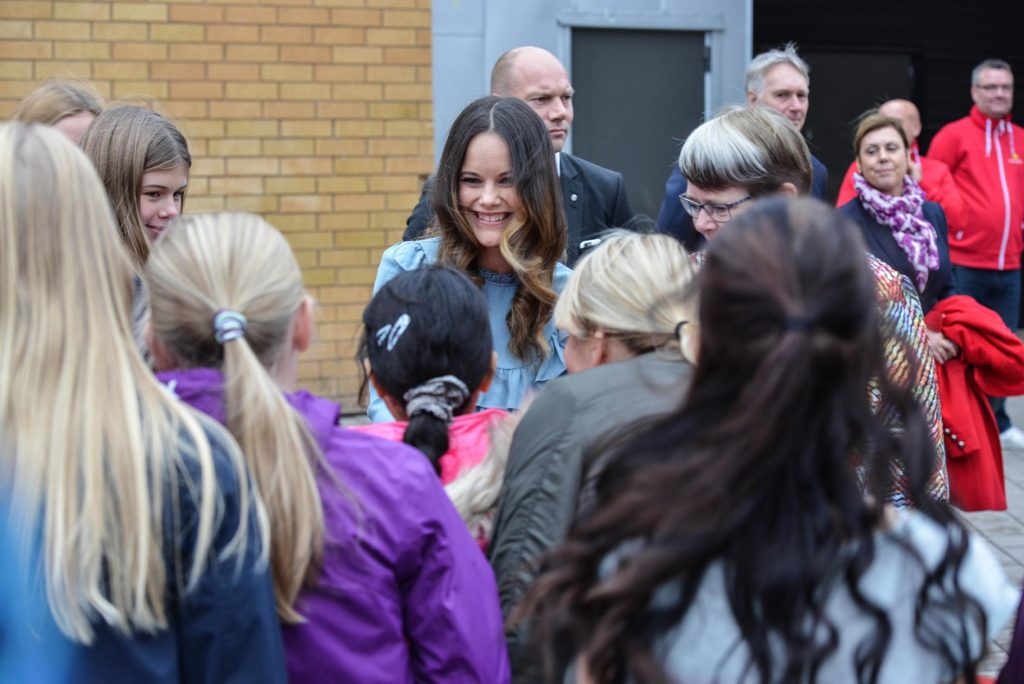Prinsessan Sofia träffar elever från Frödingskolan utanför Fröding Arena. Foto: Henric Byström